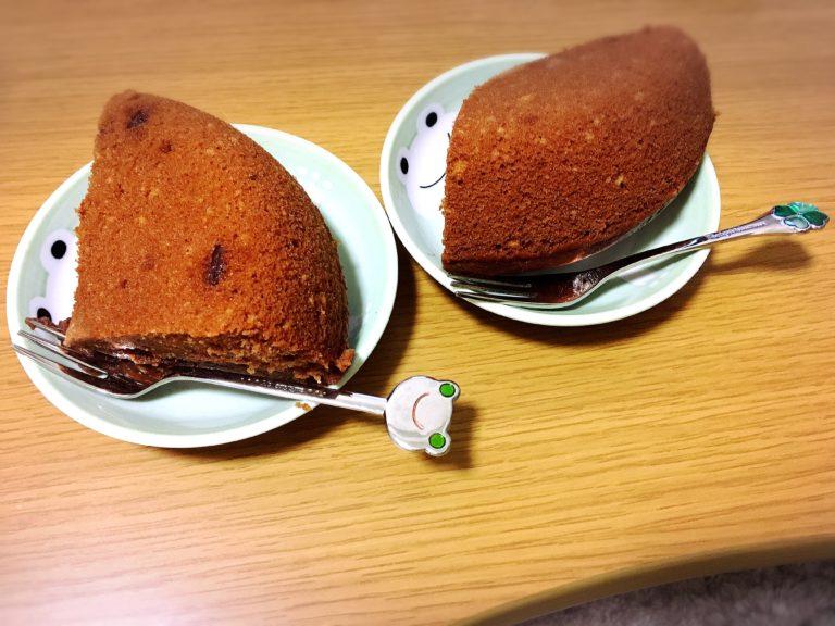 カットしたチョコレートケーキがのった皿