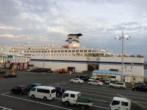夕方の名古屋港と太平洋フェリー