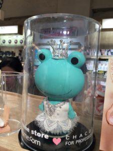 アットコスメのカエルのキャラクター・ミカエルさんのドレス姿