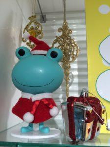 アットコスメのカエルのキャラクター・ミカエルさんのサンタクロース姿