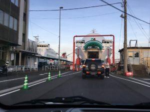 宇和島フェリーへ車で入る時にチケット見せる様子