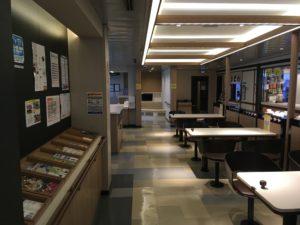 宇和島フェリーの食堂や自販機のあるホール