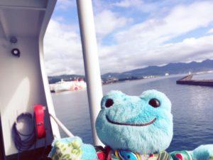 宇和島フェリーから見た海とカエルのぬいぐるみ