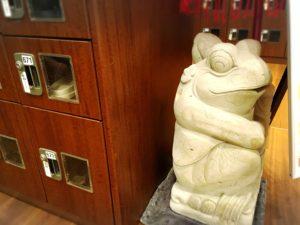 なにわの湯の下足箱横のカエル像