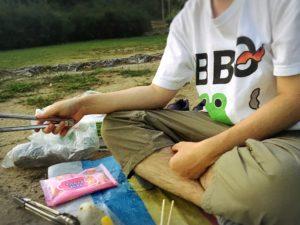 BBQを楽しむカエルくんTシャツ姿でBBQをする様子
