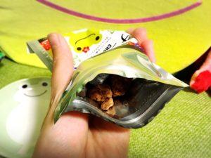 かえるのピクルス・お菓子「チョコっとう。」を開けてみた様子