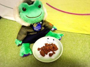 かえるのピクルス・お菓子「チョコっとう。」を皿に盛りつけた様子