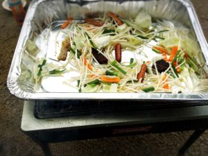 コールマンのグリルと使い捨てアルミ容器と野菜