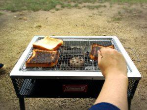 コールマンのグリルと焦げた食パン