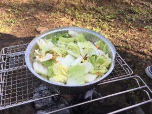DODの秘密のグリルさんの上の使い捨てアルミ鍋に野菜を入れた様子