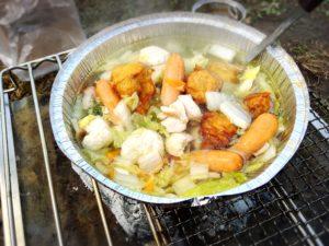 DODの秘密のグリルさんで使い捨てアルミ鍋の野菜煮込み