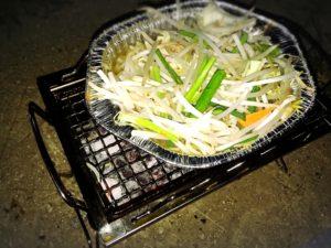 ロゴスのグリルで野菜入りアルミ鍋を煮る様子