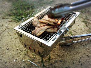 ロゴスのグリルで肉を焼く様子