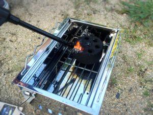 ロゴスのグリルで炭に着火する様子
