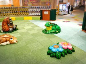 イオン越谷レイクタウンのお店ファイヤーボール前のカエルたち