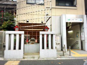 麻布十番駅の出口と十番稲荷神社