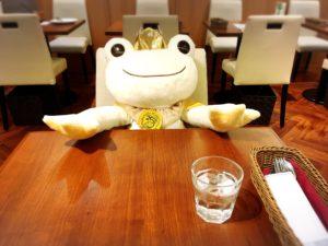 カフェの白い王子ピクルスと水