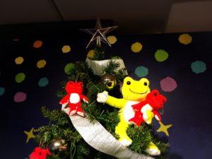 クリスマスツリー上部のかえるたち