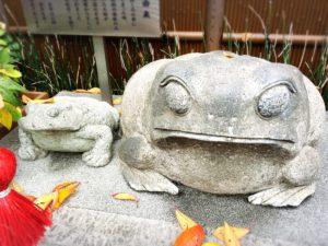 十番稲荷神社の石像のかえるさんたちドアップ