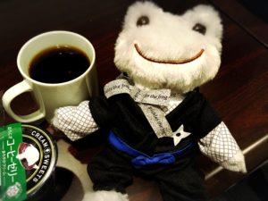 忍者衣装を着たかえるのピクルス銀座限定ドールとコーヒー