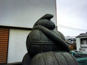 岩國白蛇神社の入り口のヘビの石像