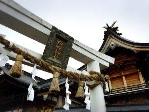 岩國白蛇神社の白い鳥居ドアップ