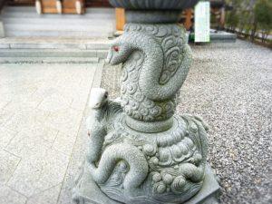 岩國白蛇神社の蛇の石像