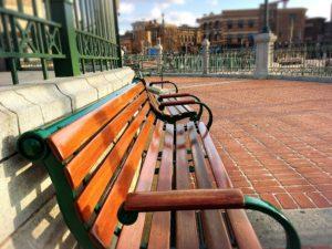 平日のUSJのベンチ2