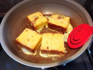 カステラフレンチトーストをフライパンで焼く様子