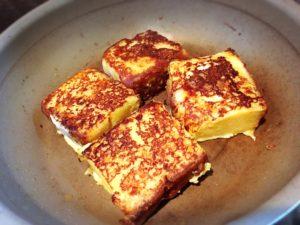 焦げ目と良い焼き色の付いたカステラフレンチトースト