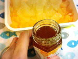 瓶入りハチミツと柑橘系フルーツ