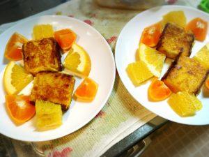 カステラフレンチトーストと柑橘系フルーツを盛った皿2枚