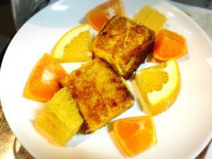 カステラフレンチトーストと柑橘系フルーツを盛った皿