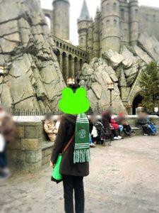 ホグワーツ城とスリザリンマフラーの人