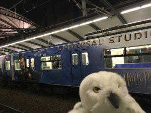 ユニバーサルシティ行きの電車とフクロウ