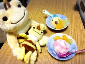 ハチミツ漬けフルーツとアイスクリームとミツバチかえるのピクルスのぬいぐるみたち