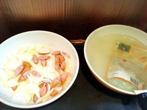 あんかけスパ用のパスタソースを湯煎する様子