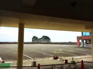 さいかやの駐車場から見た円月島