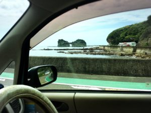車窓から見た円月島の穴