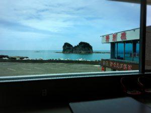 さいかやの窓から見た円月島の景色