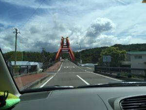 遠くから見た印南町のかえる大橋の道路側