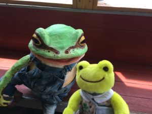 JR印南駅の中のカエル