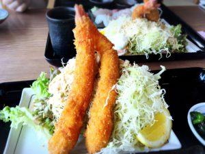 海鮮定食の特大エビフライ
