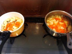 コンソメスープの素とだしの素を入れて煮込む様子