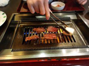 天六の焼肉李苑のお肉を焼く様子