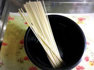 電気圧力鍋とうどんの乾麺