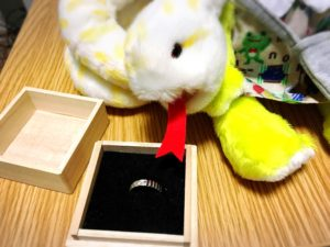 鬼滅の刃のキャラクターイメージリングの箱を開けた状態と指輪の様子