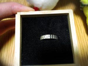 鬼滅の刃のキャラクターイメージリングの箱を開けた状態と指輪のデザイン