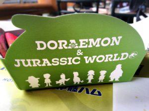 ドラえもんUSJジュラシックワールドコラボ料理ドラえもん・のび太の新恐竜プレートの容器のロゴ