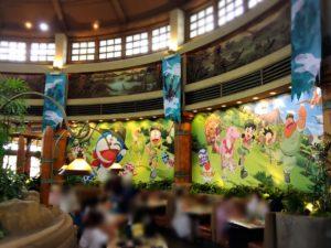 ディスカバリーレストラン内のドラえもんの絵の壁